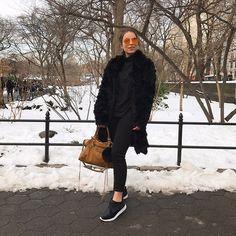 Look de inverno da Bruna Unzueta  total black com uma pegada mais street wear, bem comfy e quentinho – com um tênis maravilhoso da linha clássico de Olympikus de veludo.
