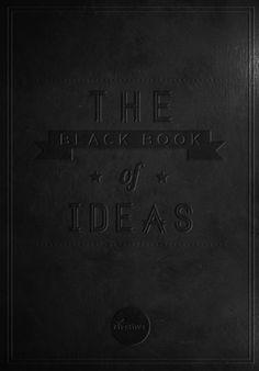 """Dit is het zwarte notitieboekje van Margo. Hierin schrijft ze het heldhaftige verhaal over Quentin en Margo zelf. """"Haar grote, ronde ogen schoten heen en weer tussen haar notitieboekje en mij."""""""