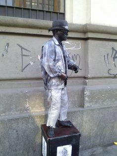 Estatua humana, cada vez que le das una moneda este estatua se mueve. ¿lo intentarías? ¡gran capacidad! #amo #elarte #gran #talento