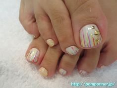 カラフルアートがポップなフットネイルColorful Art is foot nail pop. The monochromatic painted off-white, I put a line from the tip to the colorful. The plus lame, I put the studs decoration.