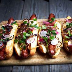 Så er weekenden lige om hjørnet og vi foreslår at indlede den med lækre hotdogs på @spisestedet.skank  #hotdogs #restaurant #københavn #kbh #cph #foodie #foodstagram #fastfood #instagram