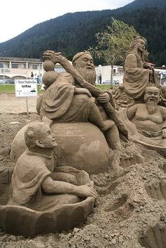 Homurous, people riding the sand fun. Awesome detail Sand Art