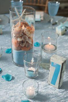 Centro de conchas y estrella de mar, con arena azul (sal tintada?)... Ideal para las mesas de verano.