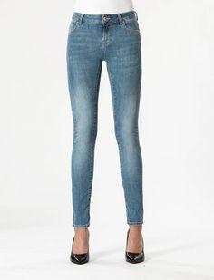 Beryl Fresh Blue Skin Tight Denim  Description: Cup Of Joe is een denimlabel dat al dertig jaar te boek staat als een betaalbaar brand. COJ haalt zijn inspiratie uit de fijne vaak kleine dingen des levens. Daar jeans deel uitmaakt van ons dagelijks bestaan moeten we er net zo van genieten als bijvoorbeeld ons gebruikelijke kopje koffie. Dat is het motto.Of je nu een vintage een versleten indigo of zwarte strakke jeans wilt - bij voorkeur een exemplaar dat je dag en nacht kunt dragen - er is…