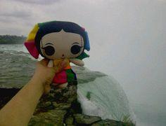 María cuando estuvo en las Cataratas del Niagara en la frontera de Estados Unidos con #Canadá.  #Viaje #Artesanías #México #Diseño #MaríasINC #kawaii #niagarafalls