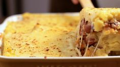 Receita com instruções em vídeo: Essa polenta recheada com linguiça calabresa e queijo é divina!  Ingredientes: 1 cebola cortada em cubinhos, 1 dente de alho picado, 350g de linguiça calabresa, ½ maço de salsinha, Sal, 2 colheres de sopa de extrato de tomate, 2 xícaras de farinha de milho, 1 litro de água, ½  litro de caldo de legumes, 50g de manteiga, Sal, 250g de queijo muçarela ralado, 50g de queijo parmesão ralado, Azeite de oliva