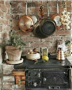 Rustikale Küche mit Backsteinwand und altem Ofen Rustic kitchen with brick wall and old oven Rustic Kitchen, Country Kitchen, Kitchen Decor, Kitchen Stove, Old Kitchen, Rustic Outdoor Kitchens, Kitchen Brick, Kitchen Ideas, French Kitchen