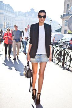 Miranda Kerr - So einfach, so stylish! Das Victoria`s Secret Model beweist wie genial Basics miteinander harmionieren. Mit einem simplen weißen Shirt, klassischem Blazer und dem Alltime Jeansrock macht die 29-Jährige eine hervorragende Figur.