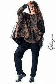 Maxi blusa 4102 in tulle di viscosa con stampa floreale, interamente foderata in jersey nero. Collo stondato e rifinito con coulisse. Taglia e colore unici ed ottima vestibilità.  Girogomito 30 cm.