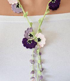 He encontrado este interesante anuncio de Etsy en https://www.etsy.com/es/listing/103977189/purple-lavender-pink-crochet-flowers-oya