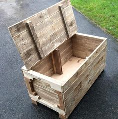 And for the storage of such things in advance you must have a storage item and these DIY pallet chest designs would proudly perform this storage task at your Pallet Furniture Designs, Wooden Pallet Furniture, Wooden Pallets, Wooden Diy, Pallet Designs, Pallet Kids, Pallet Ideas Easy, Diy Ideas, Pallet Crafts