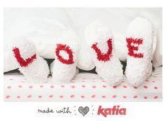 Celebra San Valentín con los Calcetines Love tejidos con Katia Bombon y mucho amor | http://www.katia.com/blog/es/san-valentin-calcetines-love-bombon-amor/