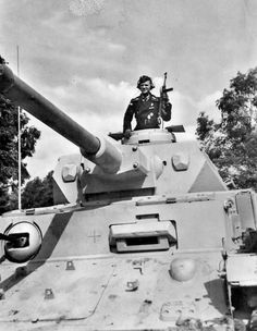 Panzer IV commander with an MP40. Excellent photo.