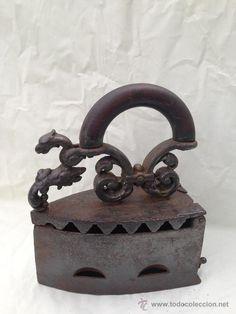 PLANCHA DE HIERRO CON CABEZA DE DRAGÓN UNA PIEZA DE MUSEO MAS DE 150AÑOS CON SIGLO JUDIOS (Antigüedades - Técnicas - Planchas Antiguas - Carbón)
