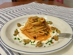 Spaghetti alla crema di peperoni su un letto di caprino e briciole di pane croccanti