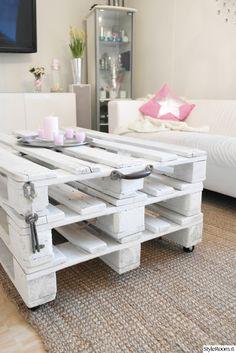 kuormalava,valkoinen,juuttimatto,hm,kynttilät,decor,sisustus,valkoinensisustus,kuormalavapöytä,diy sohvapöytä,diy-pöytä,olohuone