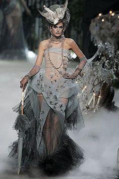 Stella Tennant in Christian Dior Haute Couture by John Galliano Fashion Show, Fall/Winter 2005 Christian Dior Couture, Dior Haute Couture, Fashion Moda, Fashion Art, Runway Fashion, High Fashion, Fashion Show, Fashion Design, 1950s Fashion