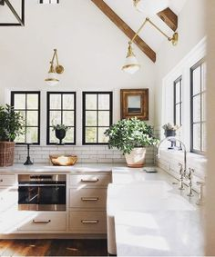 97 excellent Modern Farmhouse Kitchen Design - When choosing a color scheme for your kitchen layout online, you want to take it into account. Just a kitchen layout necessitates imagination in thinking Modern Farmhouse Kitchens, Farmhouse Kitchen Decor, Home Decor Kitchen, Home Kitchens, Farmhouse Design, Kitchen Ideas, Kitchen Trends, Farmhouse Style, Kitchen Decorations