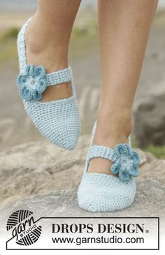 Crochet DROPS slippers with strap and flowers in Nepal. Free pattern by DROPS Design.