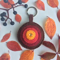 This is a keychain made of felt, inspired by the colors of autumn. It has 7cm of diameter, contains ring.  It is 100% handmade.