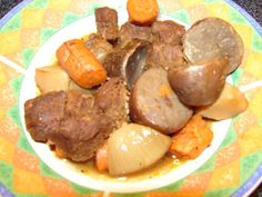 Slow Cooker Vegan Beefless Pot Roast: 2 packages Gardein Beefless Tips 1 tablespoon olive oil 2 small onions, halved or quartered 1 pound carrots, regular carrots cut into sticks, pre-cut rounds. Vegan Beef, Vegan Slow Cooker, Vegan Soups, Vegetarian Freezer Meals, Vegetarian Menu, Freezer Cooking, Vegetarian Lifestyle, Food Dishes, Main Dishes