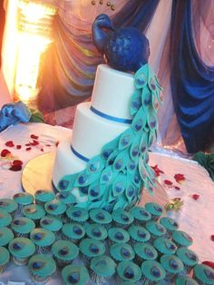 Peacock wedding cake & cupcakes .. for the bride who really wants to keep colors & theme in every aspect of her wedding!