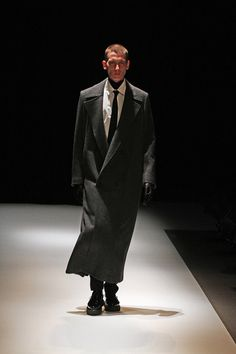 FALL 2013 READY-TO-WEAR  Dressedundressed     Love this extra long wool double-breasted coat! The sweep and length of the lapel is what gets me...