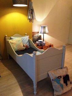 Origineel antiek juniorbed bed, mat kiezelgrijs afgelakt. Voor meer details en onze voorraad antieke bedden kijk op www.olijk nl