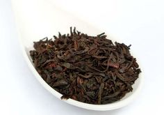 """O chá preto é mais um """"fruto"""" das folhas da Camellia sinensis, que dá vida ao chá verde. Conheça os seus benefícios, efeitos e como ele ajuda a emagrecer."""