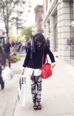 I looove this look! <3 Chic hijabi #red #bag
