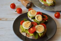 Sandviș cu avocado, ou fiert și roșii cherry Avocado Egg, Avocado Toast, Vegan Vegetarian, Sushi, Sandwiches, Vegan Recipes, Lose Weight, Appetizers, Food And Drink