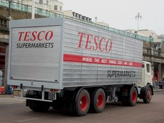 After many liveries in preservation, this lorry is now representing the lorries used by Tesco in the late and is part of the late William Hunter / Huntapac collection. HCVS London to Brighton Run 2015 Vintage Trucks, Old Trucks, Old Lorries, Commercial Vehicle, Classic Trucks, Tractors, Transportation, The Unit