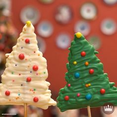 Christmas chocolate lollipop It only needs 2 ingredients and it looks beautiful! 🎄 Pirulito de Chocolate de Natal 5469 Source by cozinhadobg Christmas Snacks, Xmas Food, Christmas Cupcakes, Christmas Cooking, Christmas Goodies, Christmas Christmas, Simple Christmas, Christmas Crafts, Christmas Decorations