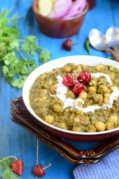 Palak Chole or Chickpea in a Spinach Curry is a delicious way to incorporate the green in your meal. The spinach is blanched and pureed and is blended with an onion and tomato gravy. Vegetarian Gravy, Vegetarian Curry, Vegetarian Recipes, North Indian Recipes, Indian Food Recipes, Ethnic Recipes, Baby Food Recipes, Whole Food Recipes, Cooking Recipes