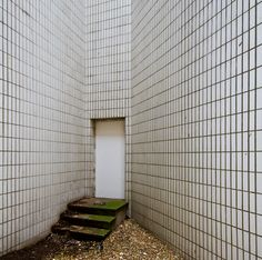 amaki09:    Tiled Corner with Steps (by Barry Falk)