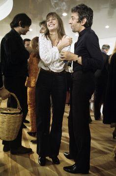 Jane Birkin rigolant et Serge Gainsbourg, de profil, tenant un paquet de Gitanes dans la main gauche, lors de l'inauguration de la boutique de Bouquin, rue Saint-Benoît Octobre 1969 | Photo Jean-Claude Deutsch/Paris Match via Getty Images.