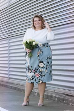 23 a tender spring wedding guest of a white top with long sleeves and a powder blue floral midi skirt, off-white shoes - Weddingomania Curvy Outfits, Plus Size Outfits, Floral Outfits, Corsage, Curvy Fashion, Plus Size Fashion, Fat Fashion, Fashion Blogs, Womens Fashion