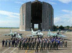 Aviões dos Esquadrões Adelfi da FAB (A-1), Falcões da MB (A-4) e Pif-Paf da FAB (F-5M) com o pessoal formado em frente ao lendário e único hangar de dirigíveis existente no mundo, na Base Aérea de Santa Cruz (BASC), Rio de Janeiro, em 2009. O hangar tem 240 m de comprimento e 70 m de altura. (Foto ComForAerNav)