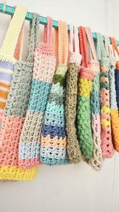 Meestal maak ik dingen in fases, zo heb ik slinger-fases, dan zit ik weer een kussens-breien-fase, ook heb ik van die dagen dat he... C2c Crochet, Crochet Girls, Crochet Crafts, Crochet Stitches, Crochet Hooks, Crochet Projects, Crochet Designs, Crochet Patterns, Yarn Bombing