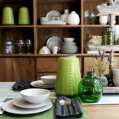 Mit der richtigen Tischdeko und passendem Geschirr wird das gemeinsame Essen an langen Sommerabenden doch gleich viel schöner!