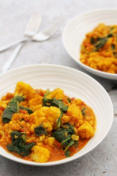 This vegan Spinach, Cauliflower, Quinoa and Chickpea Curry is perfect for when time is tight but you still want to eat healthily. Pick up your cauliflower on Super 6 this week. Cauliflower And Chickpea Curry, Quinoa Curry, Spinach Curry, Veg Curry, Quinoa Spinach, Spinach Salad, Chickpea Recipes, Vegetarian Recipes, Cooking Recipes