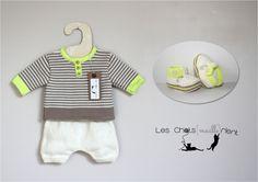 Ensemble bébé en tricot : short, brassière et chaussons, écru, marron et vert anis / Hand-knitted baby set : Mode Bébé par les-chatsmaillerient