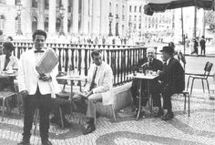 Antes de anglicismos como 'sunset', 'rooftop' ou 'lounge' terem entrado no léxico de quem frequenta/explora as esplanadas lisboetas, já se tomavam copos à fresca na capital. Recordemos esses tempos. Nostalgic Pictures, Beyond Beauty, Big Country, Lisbon Portugal, Old Pictures, Historical Photos, Vintage Posters, The Past, History