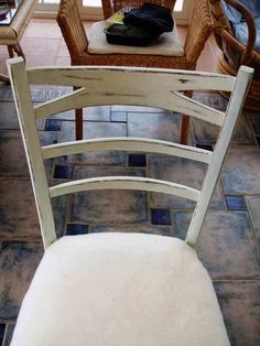 silla vieja a estilo vintage Dining Chairs, Diy, Furniture, Home Decor, Decoration, Ideas, Old Chairs, Upholstered Chairs, Shelving Brackets