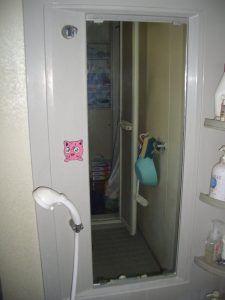 浴室ミラーを交換した事例です 浴室の鏡はウロコなどの汚れなどが少し