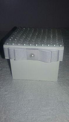 Caixinha em mdf com pérolas 10x10x10cm, ideal para presentear madrinhas de casamento.