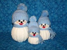 You can create an adorable snowman family without having to step one foot outside. This sweet Knit Snowman Family makes a great winter decoration for your home and creating these cool knitting patterns is a great way to spend a snowy afternoon indoo Christmas Knitting Patterns, Knitting Patterns Free, Crochet Patterns, Free Knitting, Free Crochet, Free Pattern, Cute Snowman, Snowman Crafts, Knitted Christmas Decorations