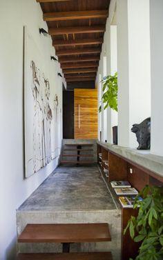Vivienda Lago en el Cielo / David Ramírez Arquitectos  Pasillo muy interesante por sus texturas y luz natural
