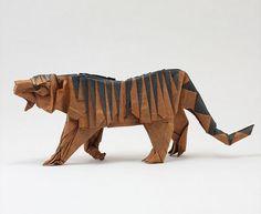 Un artista sudafricano ha creato una sorprendente gamma di animali con gli origami.  Quentin Trollip, ha iniziato a dilettarsi nell'arte giapponese dieci anni dopo l'acquisto di un libro per origami.  Quentin vive ora in Canada con la moglie e la figlia dove fa il fisioterapista. La sua passione ha portato alla realizzazione di circa 200 origami di animali, visualizzabili suo suo account di Flickr.  Foto tratte dahttp://www.flickr.com/photos/12043525@N04/