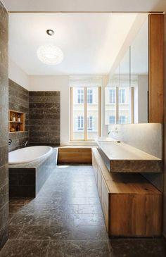 meuble salle de bain bois baignoire rectangulaire et bel éclairage
